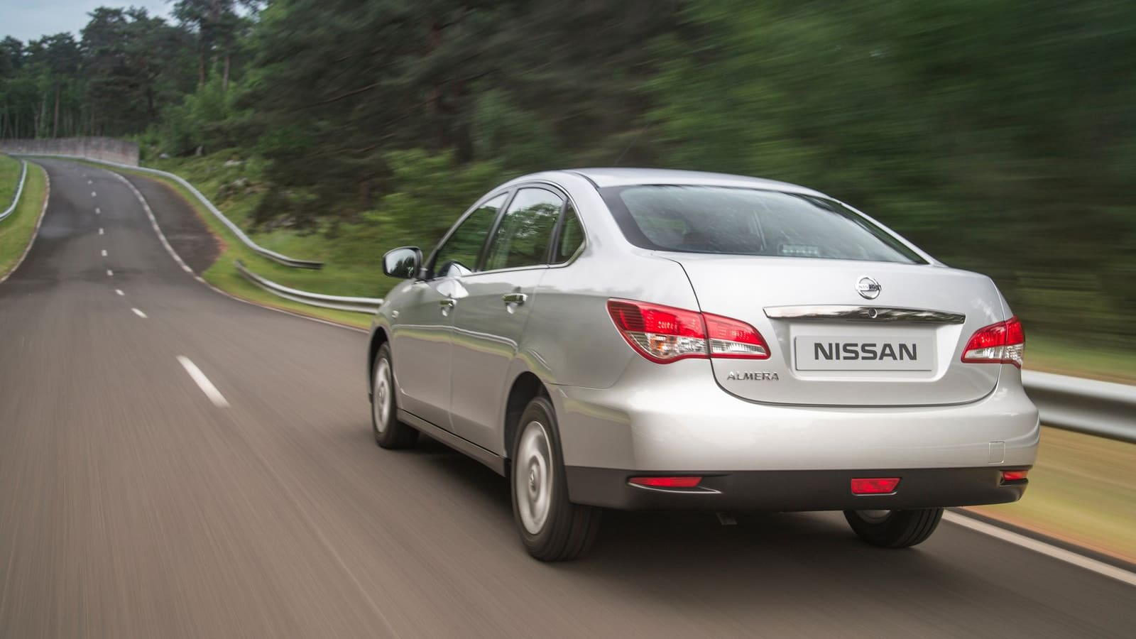 Nissan-Almera-v-dvizenii