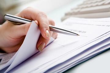 подписывает документы